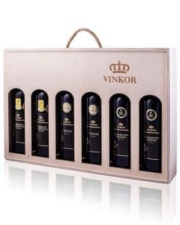 Darčeková drevená kazeta s logom vinárstva Vinkor obsahujúca 3 druhy červeného vína umiestnených v NSV SR