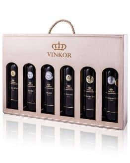 Darčeková drevená kazeta na 6 fľiaš vína, ktorá obsahuje logo rodinného vinárstva Vinkor z Malých Karpát - vinkor.sk