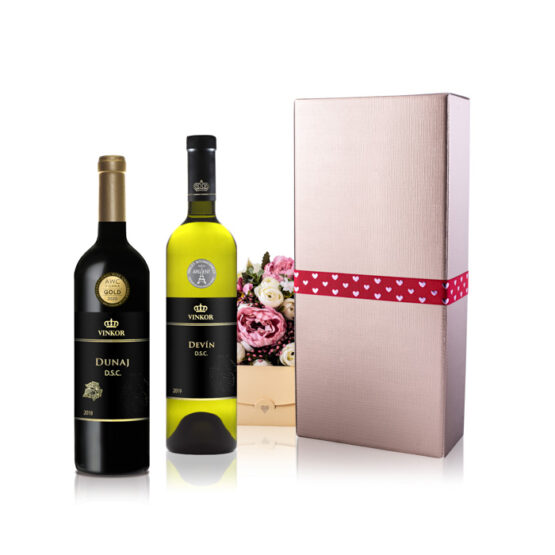 To Pravé Slovenské je elegantné darčekové balenie v zlatej farbe previazané mašľou, s venovaním ako bonus, ktoré obsahuje 2 vína - Dunaj 2018 a Devín 2019